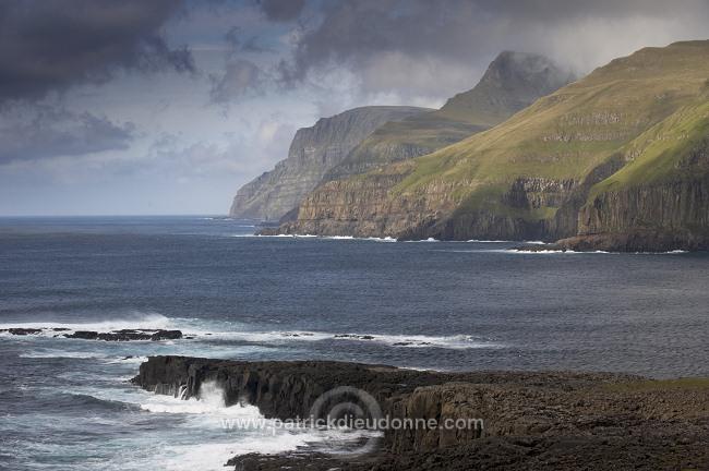 Coastal_cliffs,_Suduroy,_Faroe_islands___Falaises,_Suduroy,_Iles_Feroe___FER538